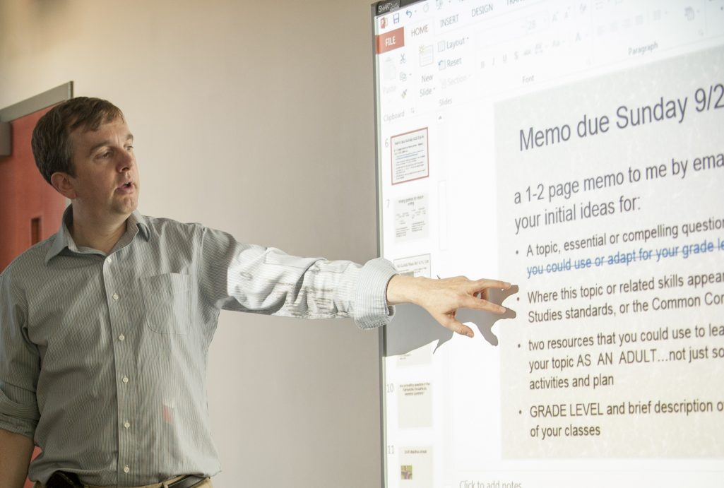 Thomas Levine lectures during a social studies methods class. (Photo credit: Sean Flynn/UConn)